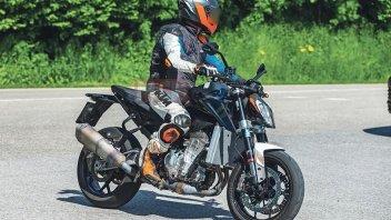 Moto - News: KTM 990 Duke 2022, ecco le prime immagini su strada
