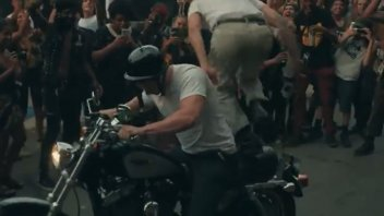 Moto - News: USA: entra nel pogo del concerto con la moto - VIDEO