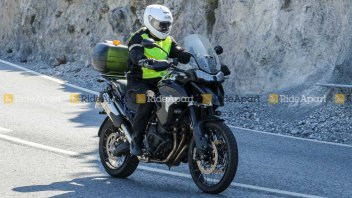 """Moto - News: Triumph Tiger 1200 2022: beccata su strada... """"Senza veli"""""""