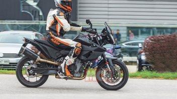 Moto - News: KTM 890 SMT 2022: le foto spia della nuova sportiva GT austriaca