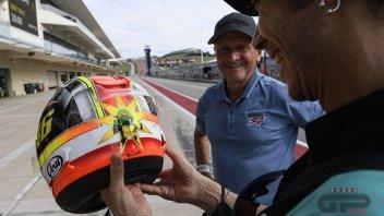 MotoGP: Schwantz e Rossi si fondono in un casco: il regalo speciale di Kevin