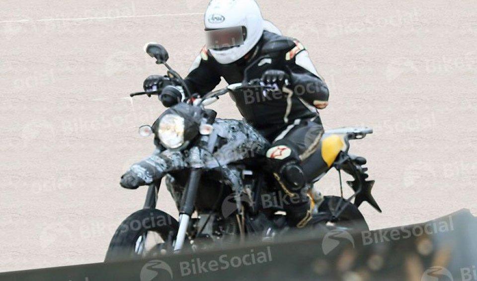 """A Borgo Panigale si lavora allaversione off-road della retrò bike: forcella più lunga,ruota da 19"""" e telaio più rigido sono alcune delle modifiche"""