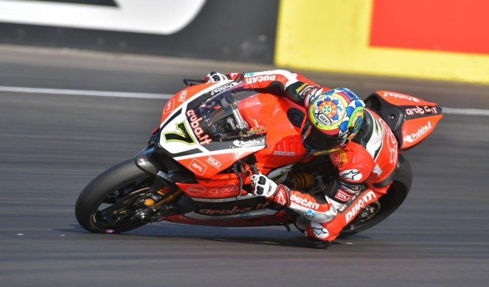 Il pilota su Ducati numero 7 precede Jonathan Rea e Xavi Fores. Quarta casella per Tom Sykes